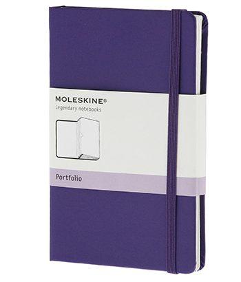 Moleskine Portfolio Brilliant Violet met meerdere handige vakken. De kaft bedrukken wij met uw eigen logo.