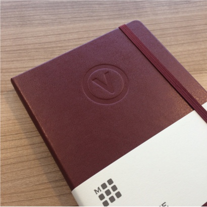 Moleskine notitieboek bedrukt met eigen logo Amaranth blindpreeg - The Notepad Factory